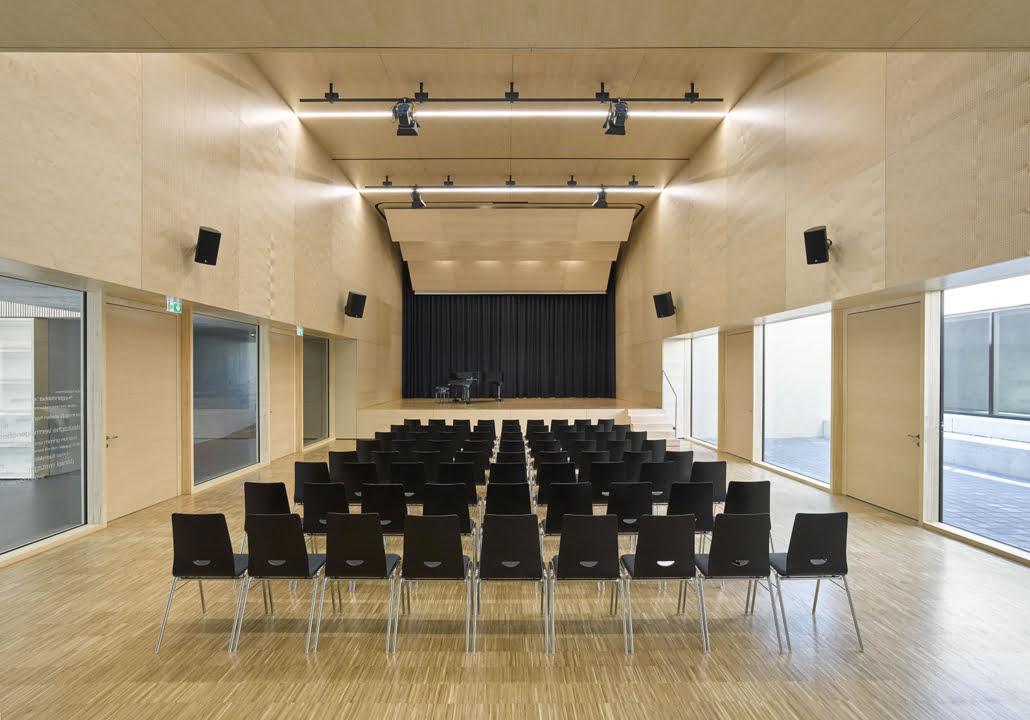 Massivparkett in Konferenzsaal verlegt
