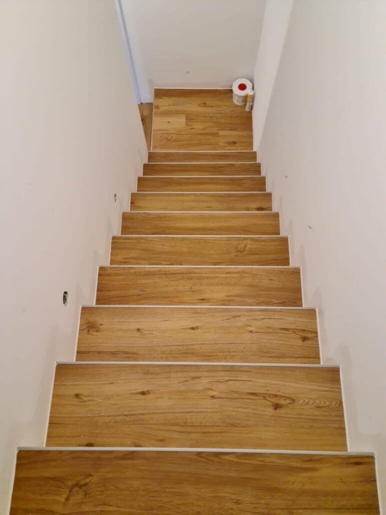 Designboden Vinyl auf Treppe als Trittstufen verlegt